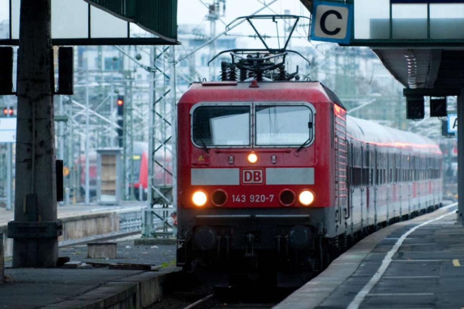 Die Fensterscheibe der Regionalbahn splitterte (Symbolfoto).