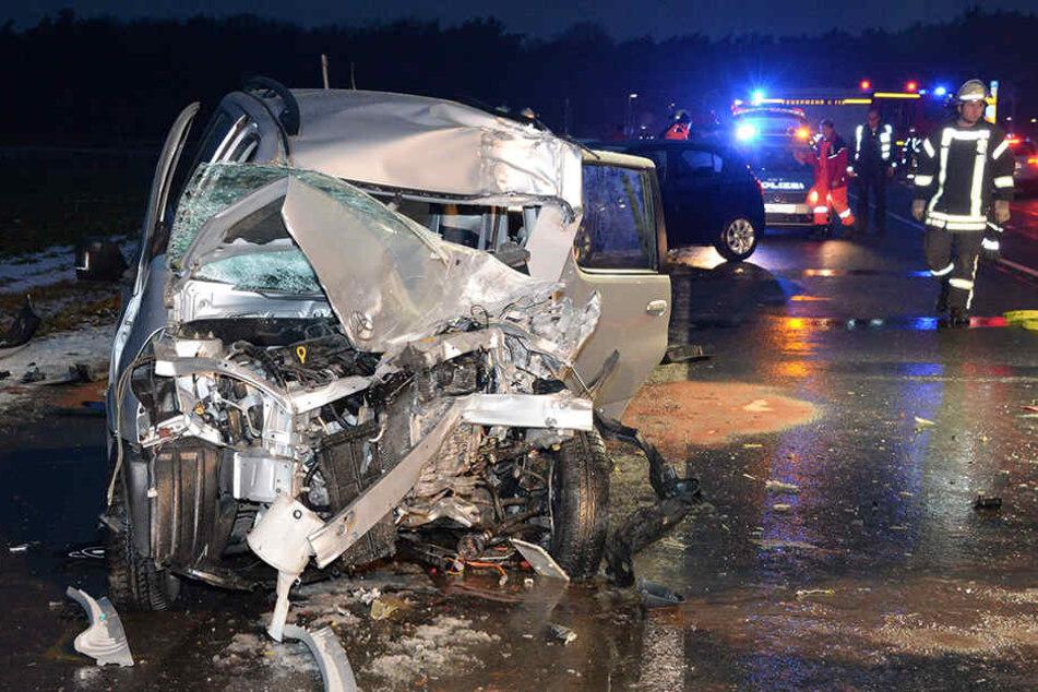 Der Toyota der Autofahrerin ist komplett zerstört.
