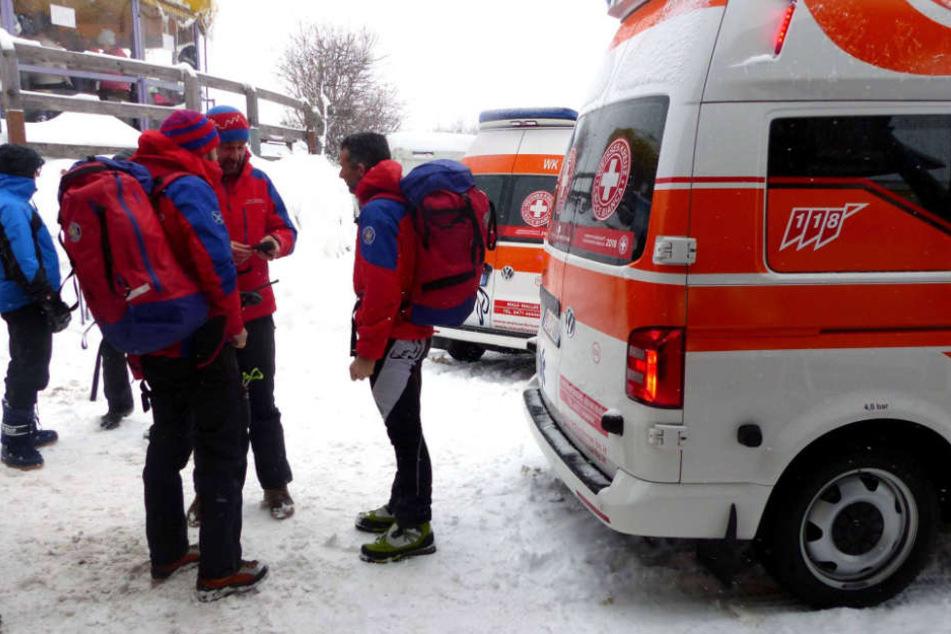 Rettungskräfte beraten sich nach der Lawine in St. Valentin in Südtirol.