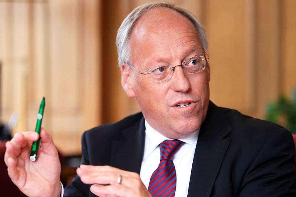 Die rechtspopulistische Partei AfD geht Oberbürgermeister Pit Clausen gehörig auf die Nerven. Ihr Parteiprogramm sieht er mehr als kritisch.