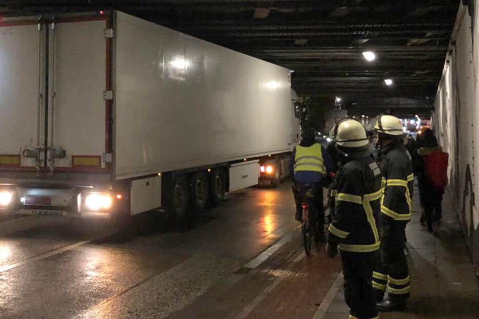 Der Lastwagen musste rückwärts aus dem Tunnel gelotst werden.