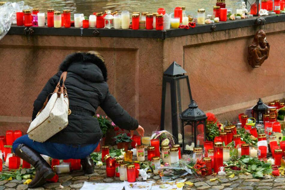 Blumen und Trauerbekundungen in Endingen nach dem Mord an einer Joggerin im November 2016. (Archivbild)