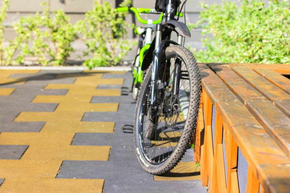 Im Vorderrad seines Bikes blieb ein anderer Siebenjähriger auf der Pillnitzer Landstraße stecken, musste auch befreit werden. (Symbolbild)