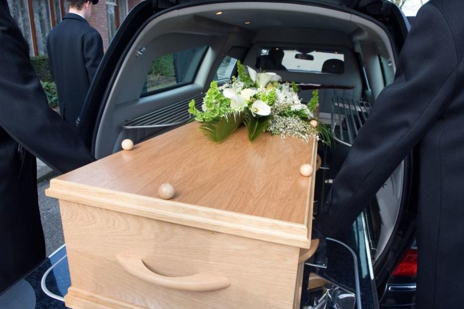 Leichentransporter verliert Sarg - Toter fällt auf die Straße