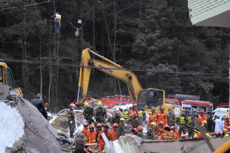 Die Retter versuchen, die verschütteten Menschen aus den Trümmern zu bergen.