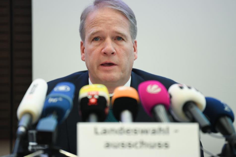 Landeswahlleiter Wilhelm Kantherr trägt vor dem Landeswahlausschuss Hessen im Sitzungssaal des hessischen Innenministeriums das endültige Ergebnis der Landtagswahl vor.