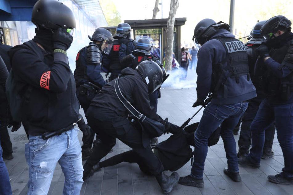 Gelbwesten auch zu Ostern in Paris: Autos brennen, über hundert Festnahmen
