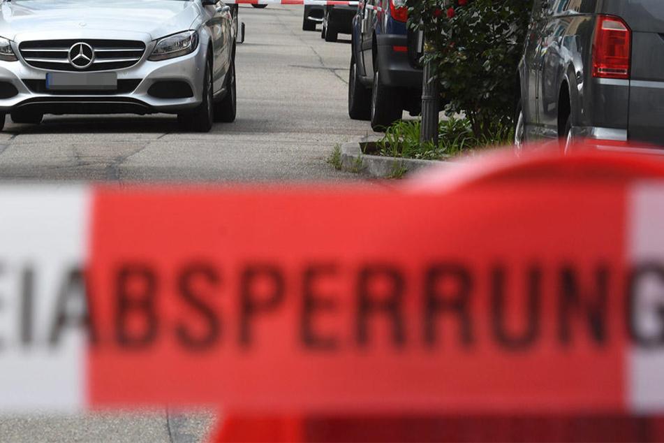 Auf einem Parkplatz fielen die vier Männer über ihr Opfer her.