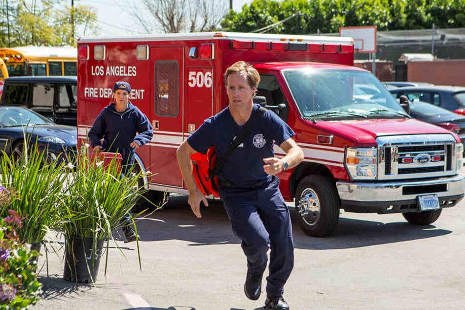 Die beiden Sanitäter (Nat Faxon, vorne, und Katie Holmes, hinten) werden zu Hilfe gerufen.