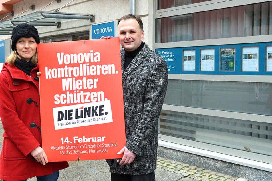 Linken-Chef André Schollbach (40) und Stadträtin Pia Barkow (33) Anfang des Jahres vor dem Vonovia-Kundenzentrum an der Pfotenhauerstraße.