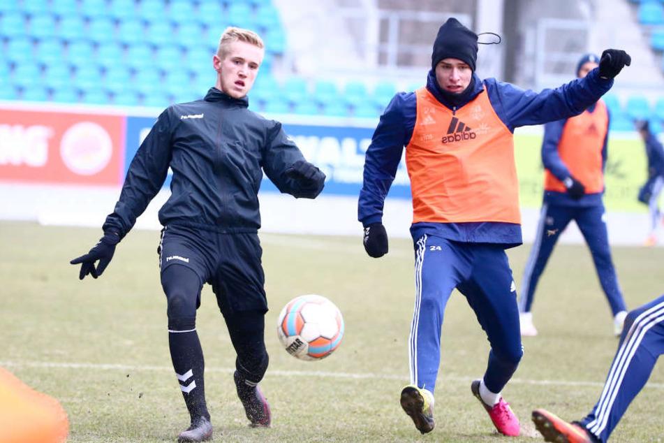 Alexander Dartsch (Meuselwitz) kämpft mit Florian Hansch (CFC) um den Ball. Der Chemnitzer Hansch traf dann noch aus der Nahdistanz.