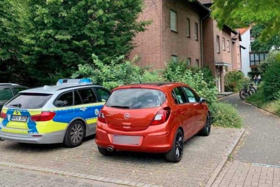 Ein Wagen der Polizei steht vor dem Haus, in dem es einen Mord gegeben haben könnte.