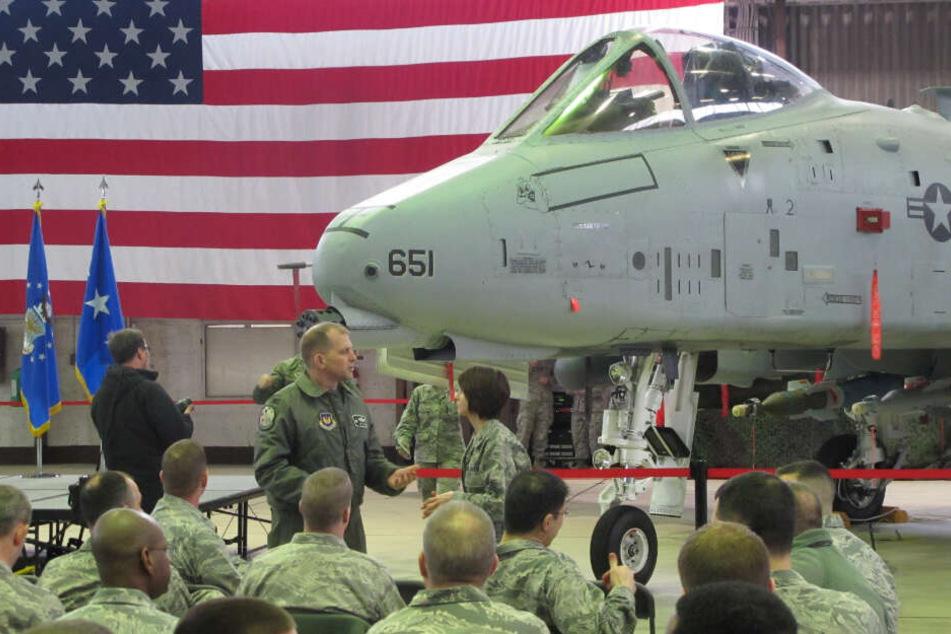 US-Soldaten vor einem A-10-Kampfflugzeug bei der Begrüßung der neu verlegten Soldaten auf dem US-Flugplatz in Spangdahlem (Archivbild).