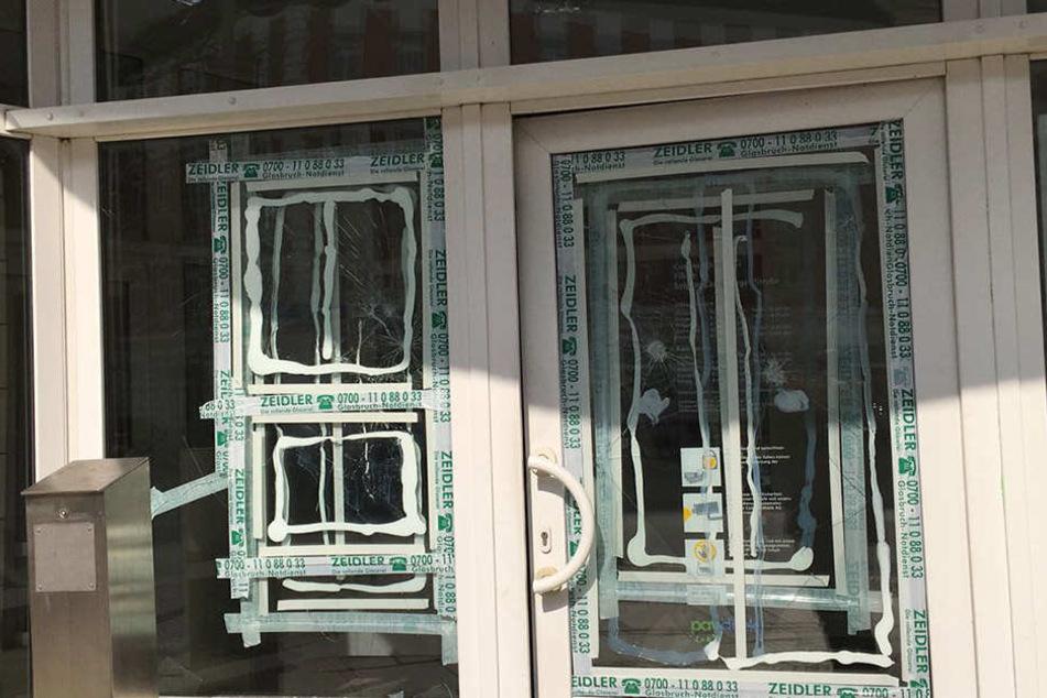 Eingangstür und Fenster gingen zu Bruch.