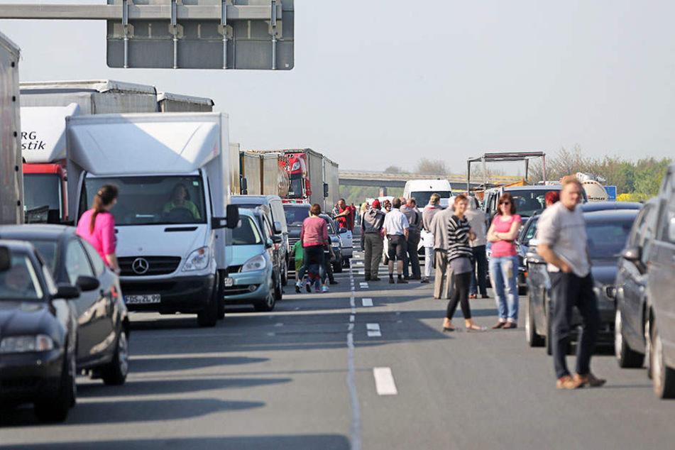 Mega-Stau auf der A14! Lastwagen verliert Schüttgut
