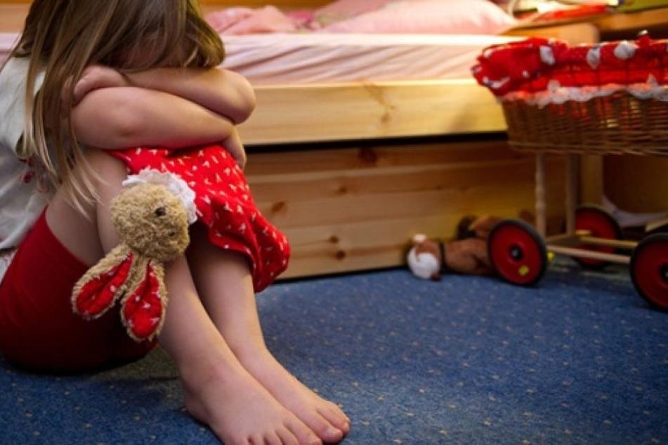 Laut dem Zwischenbericht haben sich die Eltern zu selten schützend vor die Kinder gestellt. (Symbolbild)