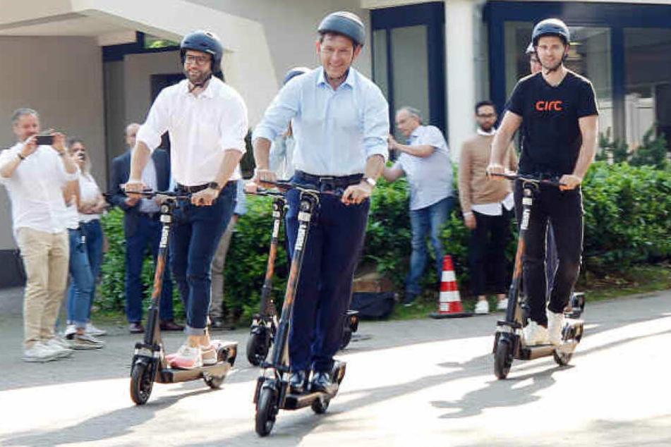Bei einer Pressevorführung von Circ werden die E-Scooter getestet - natürlich mit Helm.