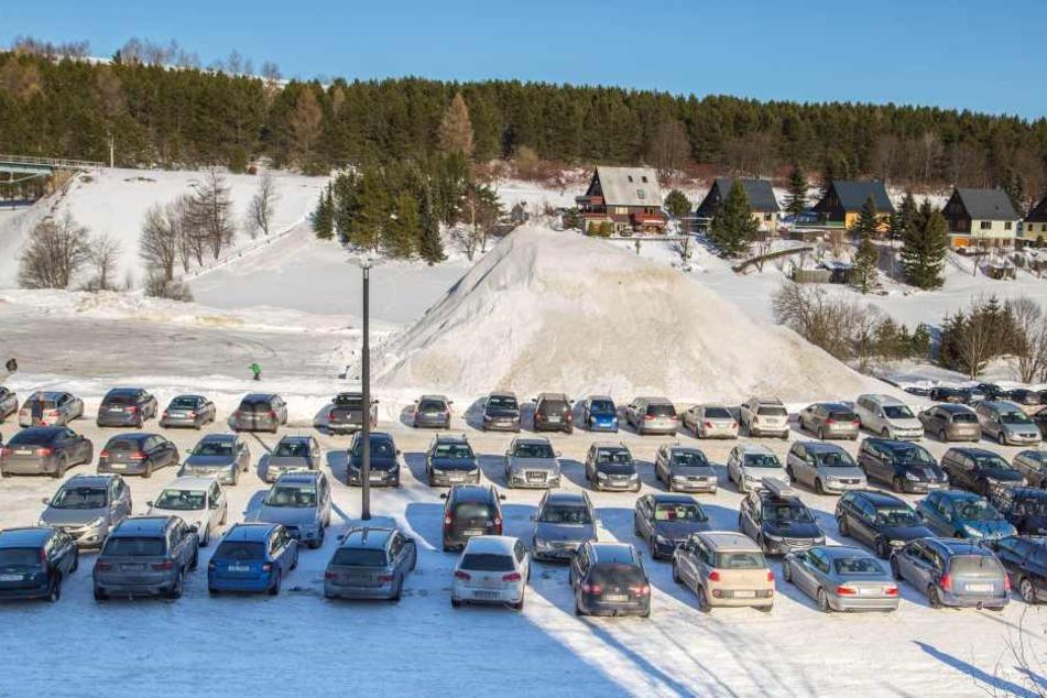 In Oberwiesenthal war am Sonnabend kaum ein freier Parkplatz zu finden.