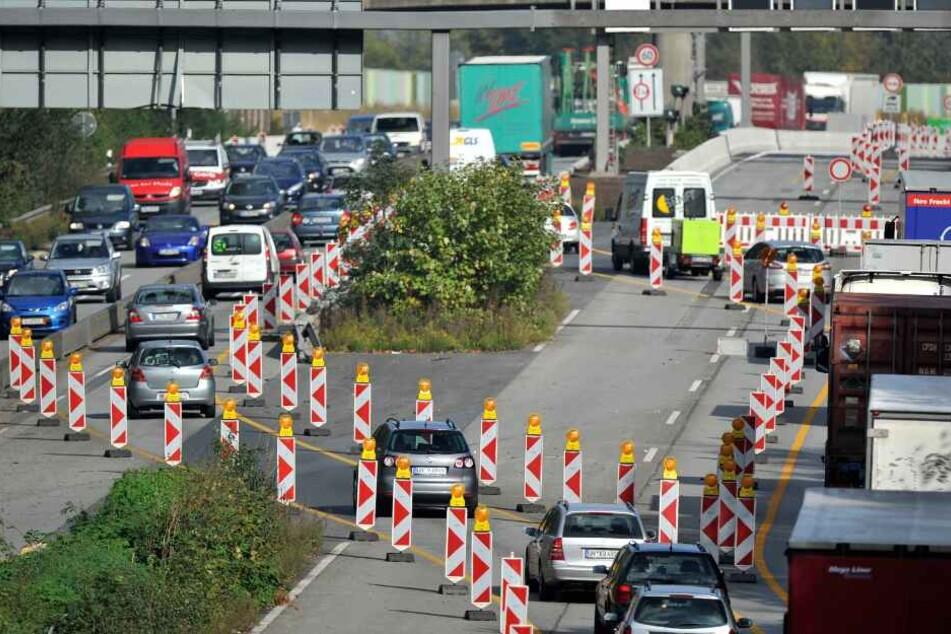 Der Autobahnverkehr wird an der Arbeitsstelle vorbeigeführt. (Symbolbild)