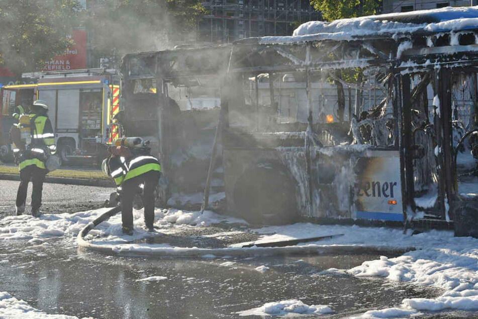 Mitten in München: Linienbus geht in Flammen auf