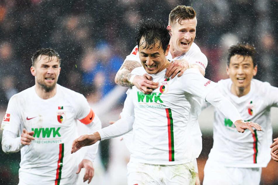 Daniel Baier (l-r), Dong-Won Ji, André Hahn und Ja-Cheol Koo von Augsburg jubeln über den Treffer zum 2:0 durch Ji.