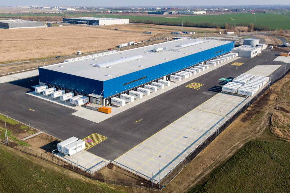 Das neue Logistikzentrum liegt direkt am Flughafen Leipzig/ Halle (Saale).