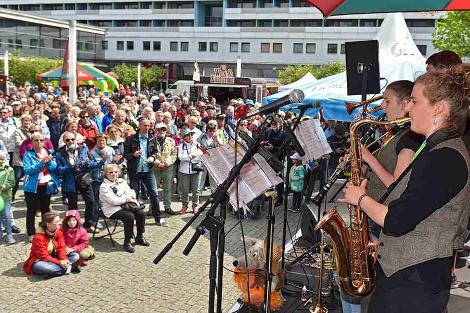 """Auf der Jazzmeile in der Prager Straße ließen es """"Rivertown Dixies Flöha"""" am  Sonnabend ordentlich krachen."""