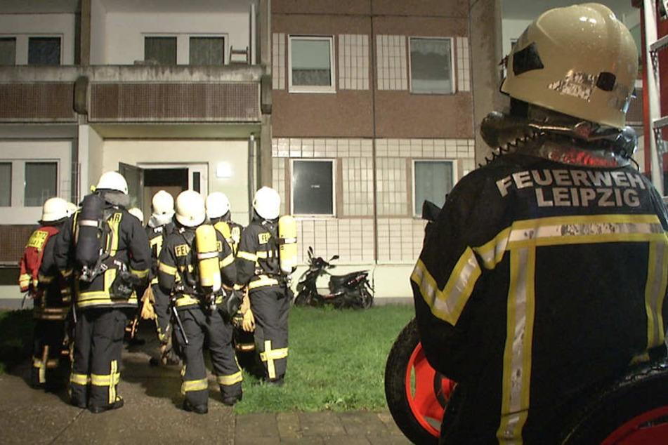 Die Feuerwehr konnte den Brand löschen. Acht Mieter wurden verletzt und mussten behandelt werden.