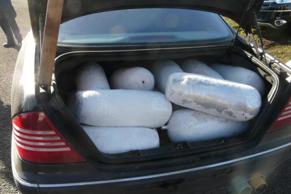 In dem Kofferraum des Mercedes fanden die Beamten 15 ungekühlte Dönerspieße.