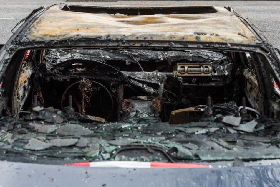 Das Auto ging in Flammen auf und brannte aus. (Symbolbild)