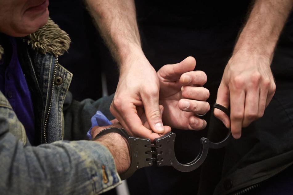 Die Polizeibeamten konnten denn Mann am Schlucken der Drogen hindern.
