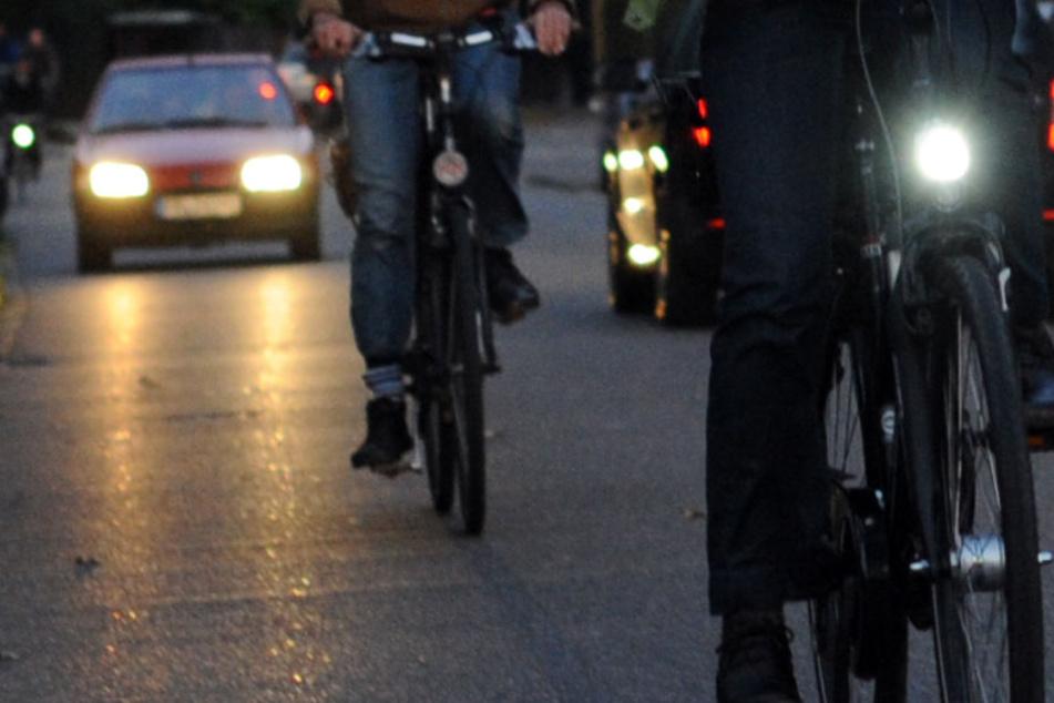 Der Radfahrer war im Dunkeln ohne Licht unterwegs, doch das war nicht sein einziges Vergehen. (Symbolbild)