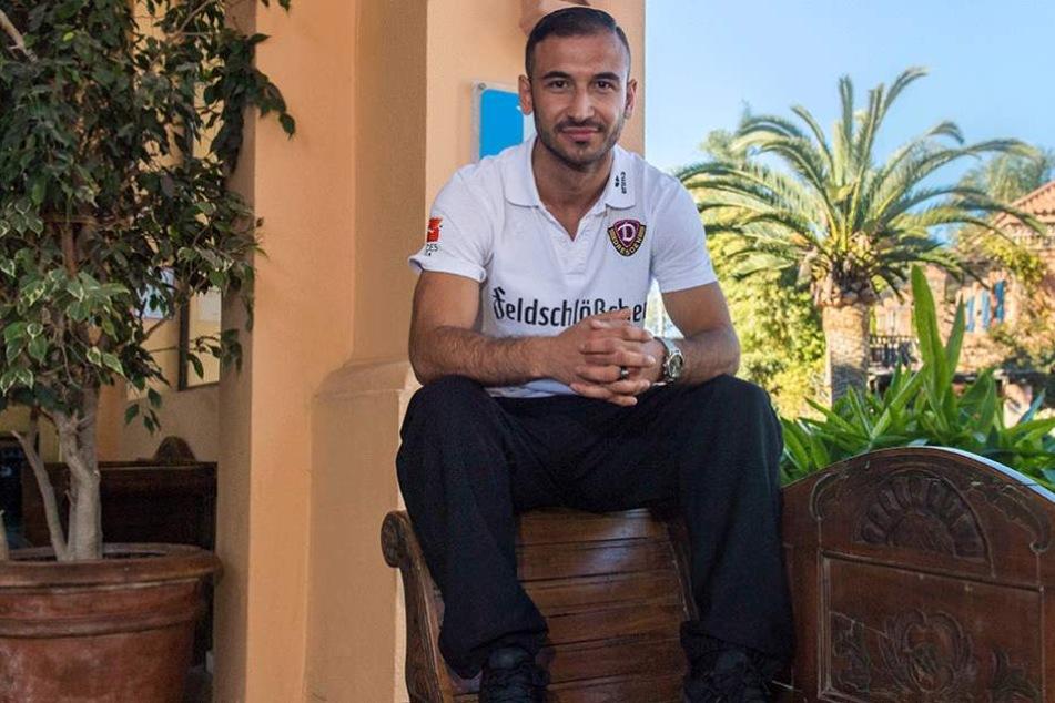 Akaki Gogia kurz vorm Gespräch mit dem MOPO-Redakteur. Entspannt sitzt der Georgier im Teamhotel auf der Lehne einer Bank.
