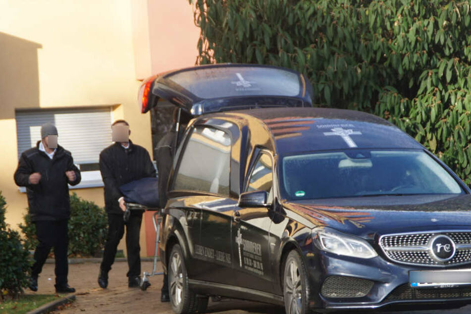 Im Leichenwagen werden die tote Oma und Mama des Teenagers abtransportiert.