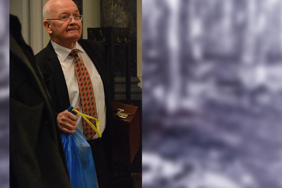 Der Gerichtsmedizinier Hans-Peter Kinzl brachte als Experte die Puppe mit ins Gericht.