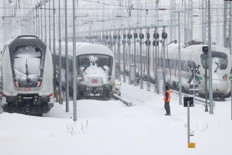 Sowohl im Nah- als auch im Fernverkehr müssen zurzeit viele Züge stillstehen.