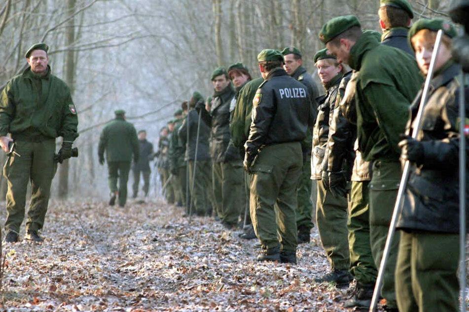 Direkt nach ihrem Verschwinden suchten zahlreiche Polizisten nach der seit 2001 vermissten Katrin Konert ein Waldstück ab.