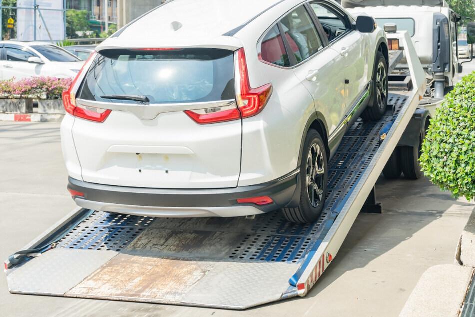 Mann kauft neues Auto und wird von dem Wagen fast getötet