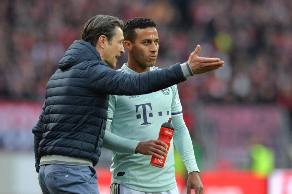 Niko Kovac (l) spricht mit seinem Spieler Thiago.