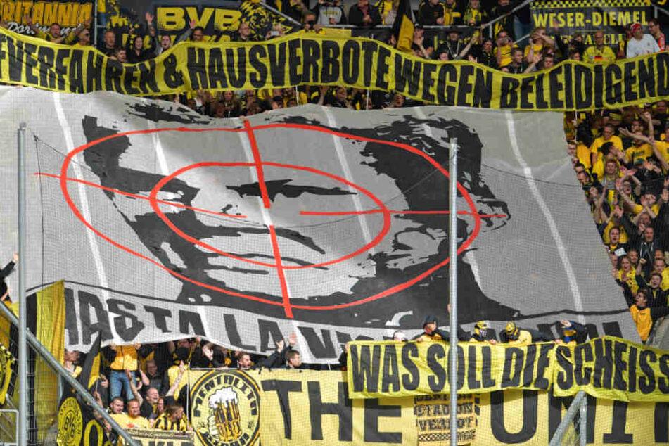 Dortmund Fans brachten diese Plakate im Spetember mit ins Stadion. (Archiv)