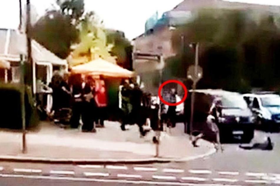 Eine Sequenz aus dem Video, das die Schießerei dokumentiert. Es ist der Moment, wo Hauptkommissar Mike Jacob (roter Kreis) seine Dienstwaffe zieht.