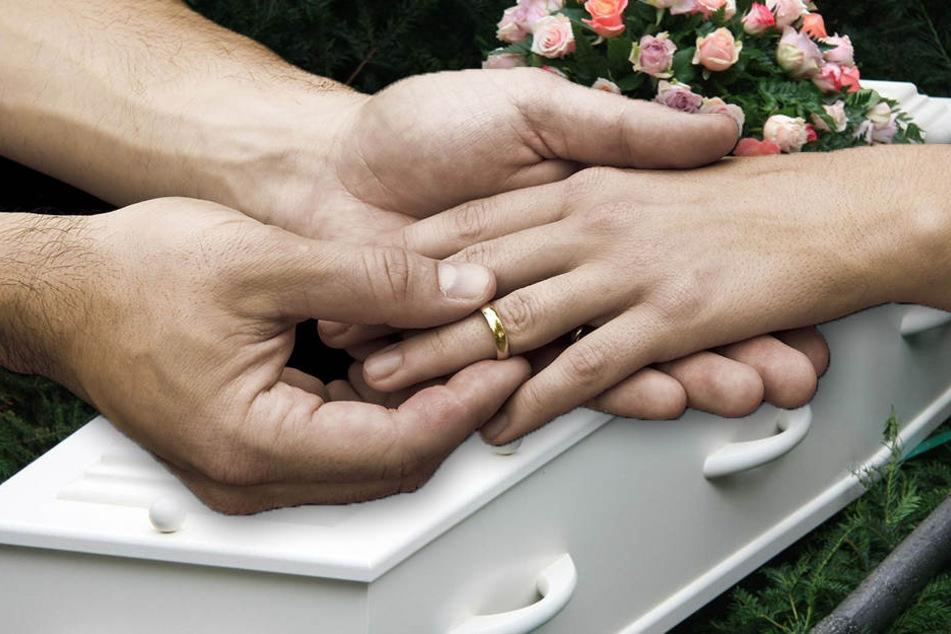 Ein Mann hat seine schwangere, tote Verlobte bei ihrer Beerdigung geheiratet. (Bildmontage)