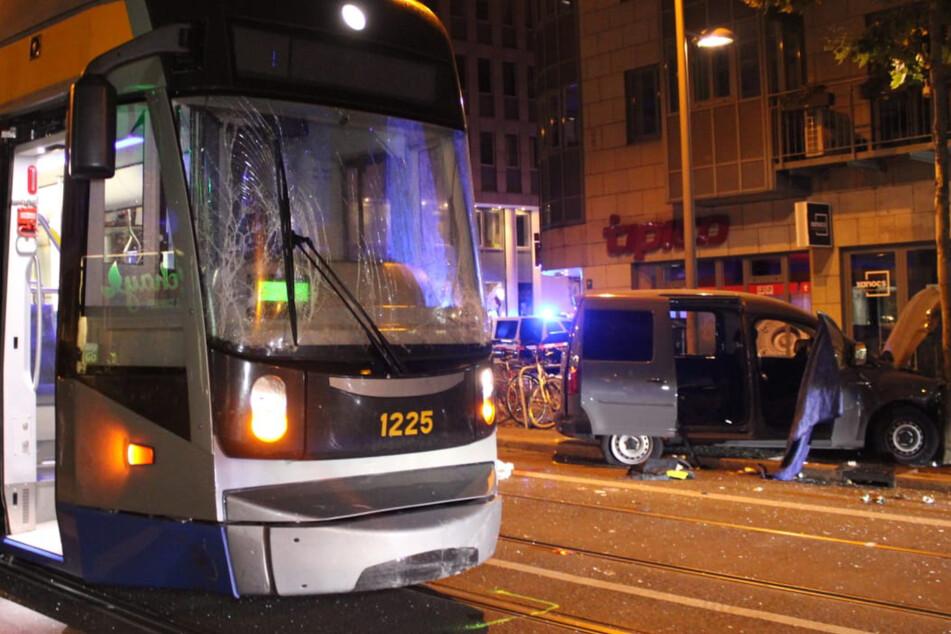Tödlicher Unfall auf der Karli: Straßenbahn rammt VW