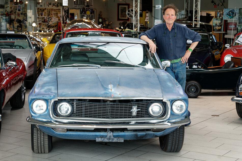 Oldtimer-Händler Michael Fröhlich (71) konnte den Ford Mustang in Amerika aufstöbern und brachte ihn nach Düsseldorf.