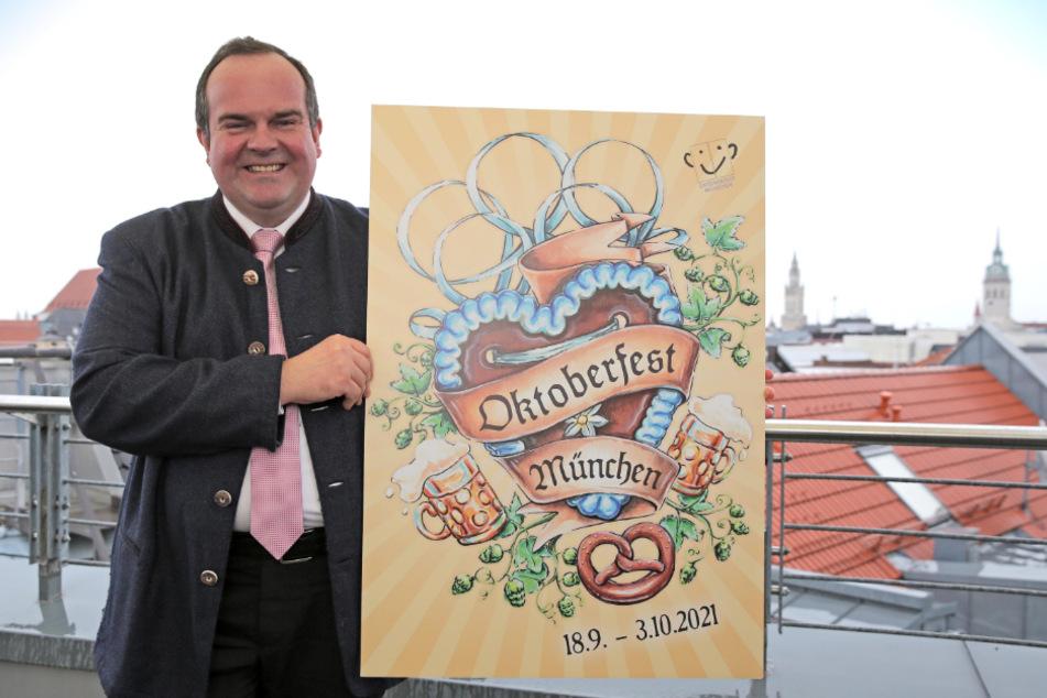 Clemens Baumgärtner (CSU), Referent für Arbeit und Wirtschaft der Landeshauptstadt München, hält das Siegermotiv für das Oktoberfest-Plakat 2021 in den Händen. Das Plakat wurde von der Grafikdesignerin Maria Elisabeth Dick entworfen.