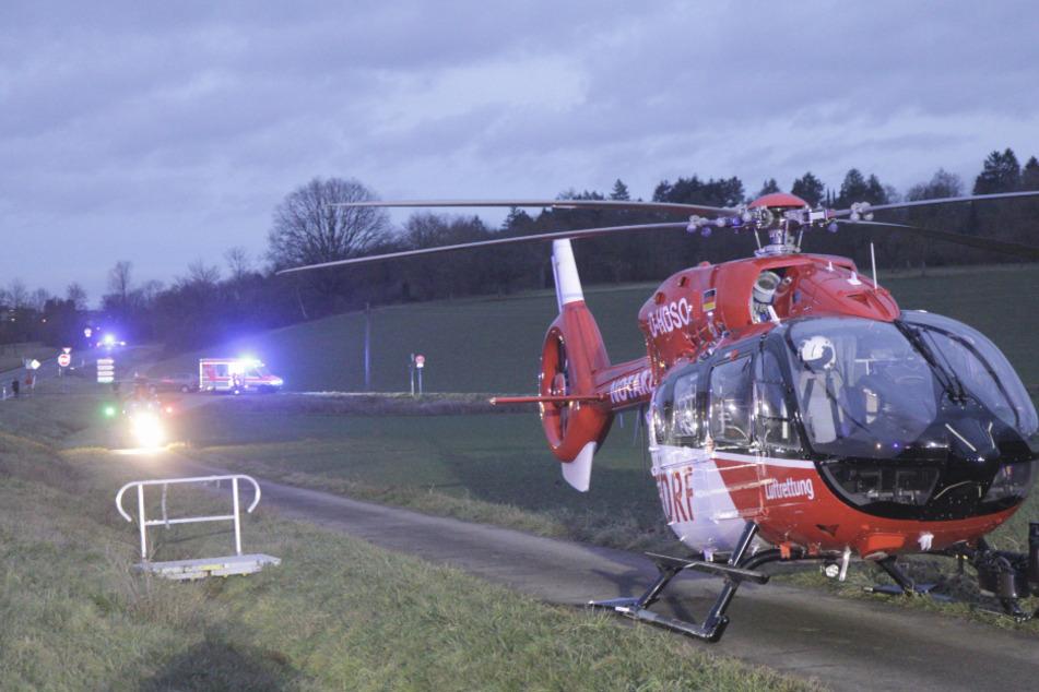 Ein Rettungshubschrauber landete in der Nähe der Unfallstelle. Zuvor waren zwei Autos zusammengeprallt.