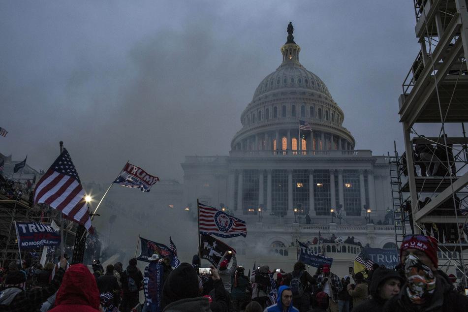 USA, Washington D.C.: Sicherheitskräfte setzen Tränengas ein, nachdem Unterstützer von US-Präsident Trump das Kapitolgebäude gestürmt haben.