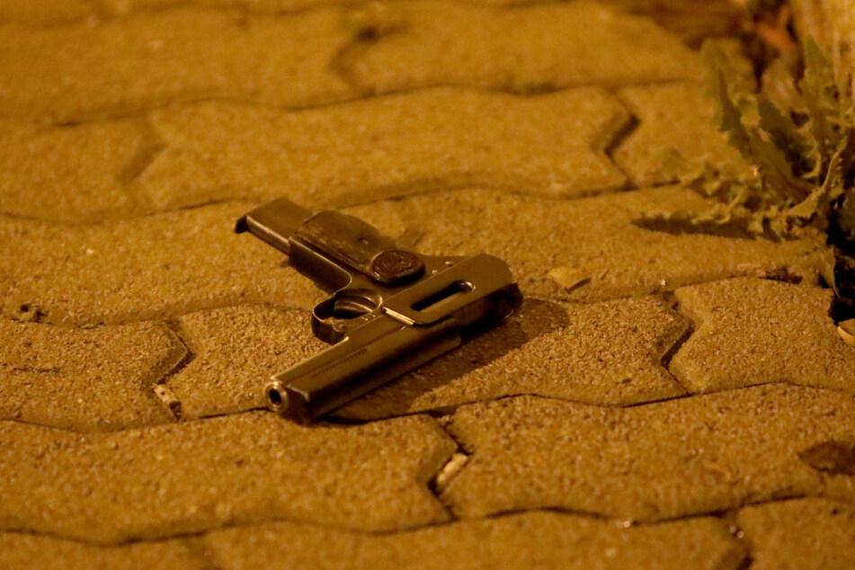 Die Tatwaffe: Diese Pistole warfen die Angreifer auf der Flucht einfach weg.