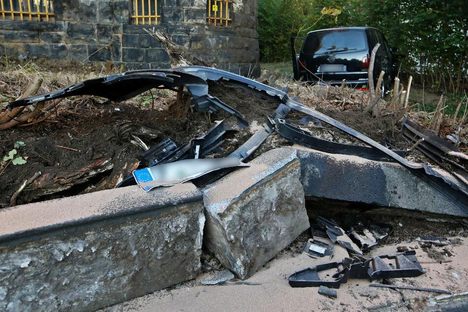 Der VW Touran durchbrach einen Metallzaun.