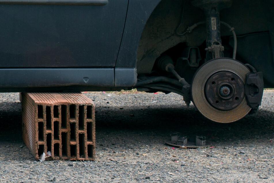 Die Täter entfernten die Autoräder, klauten aber nur die Radmuttern. (Symbolbild)